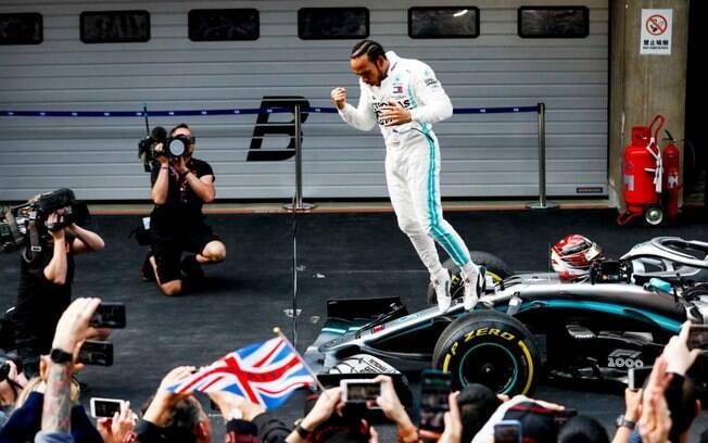 Hamilton comemora após vencer o GP da China na madrugada deste domingo
