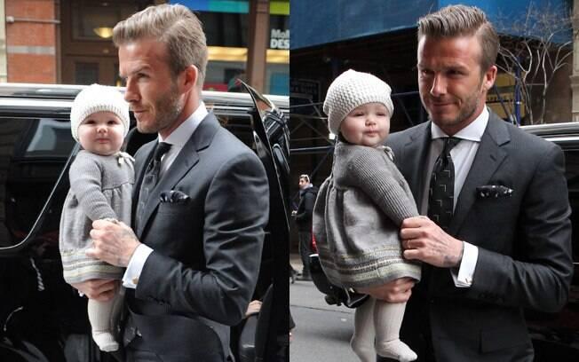Harper Seven chegou no colo do pai e posou para os fotografos na semana de moda de Nova York