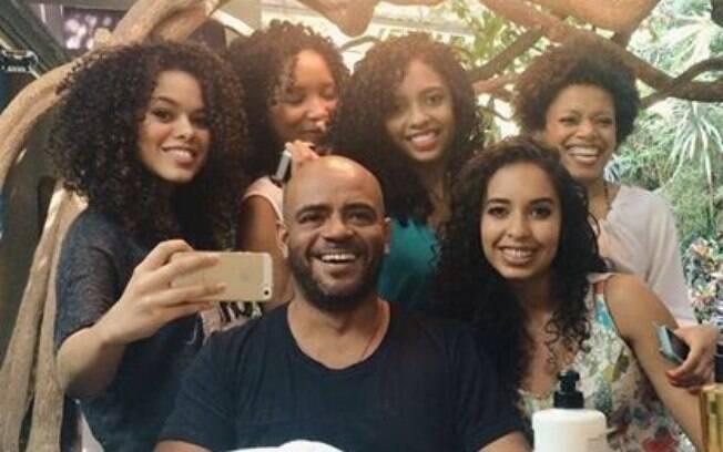 Wilson Eliodorio reúne cacheadas para dar dicas de tratamentos para cabelos afro