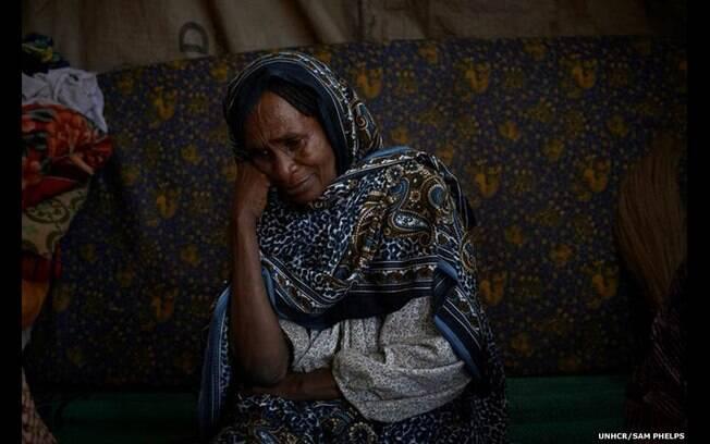 'Eu me agachei na tenda improvisada de Fane, 70 anos, abrigada na República Centro-Africana. Ela falou e chorou', diz Sam Phelps. Foto: Sam Phelps/Acnur