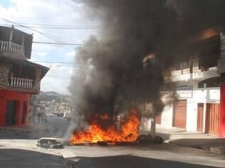 Em protesto, moradores atearam fogo em pneus na avenida Duque de Caxias
