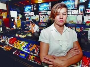 Na padaria. Claudenice Aguilar diz que é difícil encontrar pessoas solícitas para o atendimento