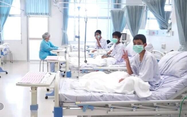 Meninos resgatados na Tailândia perderam uma média de 2 kg de peso, diz inspetor médico; parte dos quilos já foi recuperada