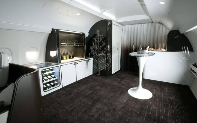 O lounge do jatinho spa visa criar um ambiente propício para a socialização entre os passageiros do avião