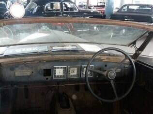 Interior do clássico da Lancia, que deverá passar por um longo processo de restauração. Entre outros detalhes, note o para-brisa basculante