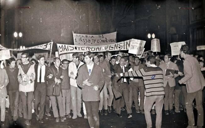 Protestos no centro de São Paulo contra a ditadura militar que foi iniciada com um golpe há 46 anos