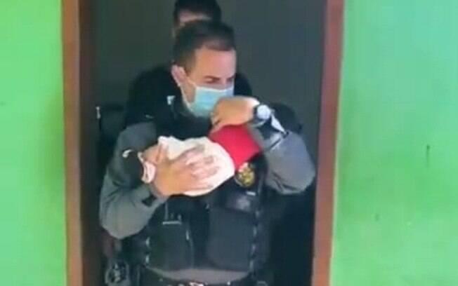 Bebê de dois meses foi resgatado nesta terça-feira (8) depois de ser abandonado em uma boca de fumo em Pontes e Lacerda