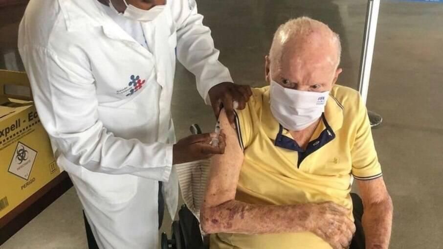 Zagallo tomando a dose de reforço da vacina contra a Covid-19