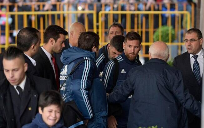 Messi vê criança chorando ao ser expulsa do hotel e chama o fã para uma foto