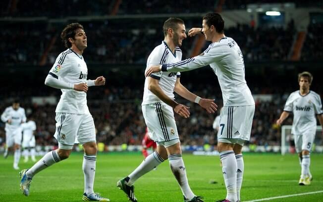 Kaká comemora o primeiro gol do Real Madrid  com Cristiano Ronaldo e Benzema