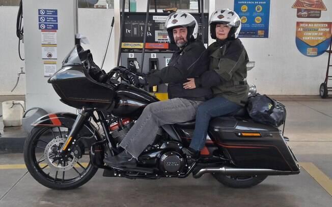 A Harley-Davidson CVO Road Glide pronta para entra na estrada, com garupa.  Grande, moto pesa mais de 400 kg