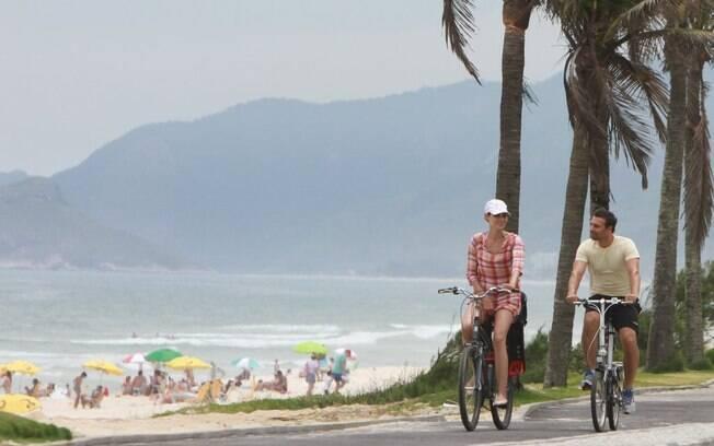 Murilo Rosa e Fernanda Barbosa pedalaram pela orla da Barra da Tijuca, no Rio