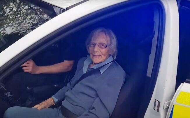 A idosa pode realizar o sonho de ser presa, algemada e ainda andou de viatura com os policiais e ficou muito feliz