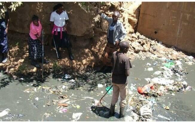 Ausência de banheiros é um problema grave em Kibera