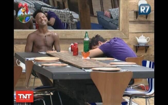Thiago não aguenta e se apóia na mesa