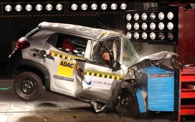 Teste de colisão do Renault Kwid revisado fabricado na Índia. O modelo zerou na proteção para adultos e tirou duas estrelas na segurança para crianças.