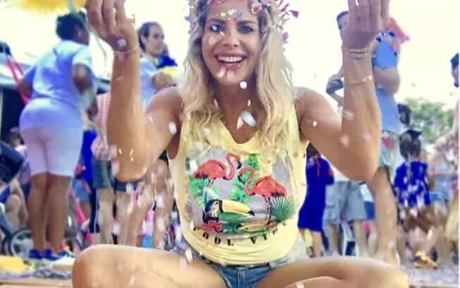 Karina Bacchi curte bloco de carnaval