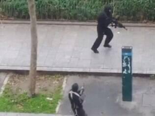Policial leva tiro à queima-roupa de terroristas que atacaram o jornal