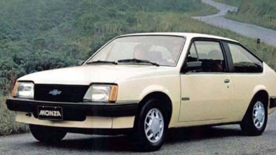 Monza na versão básica não tinha frisos de porta.