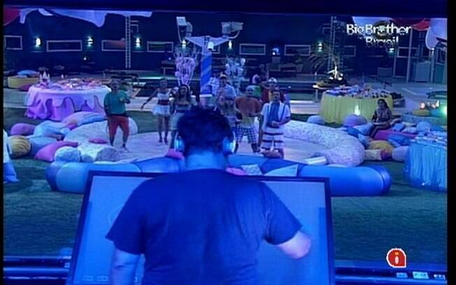 O DJ André Werneck interage com os membros dos quartos da casa mais vigiada do Brasil