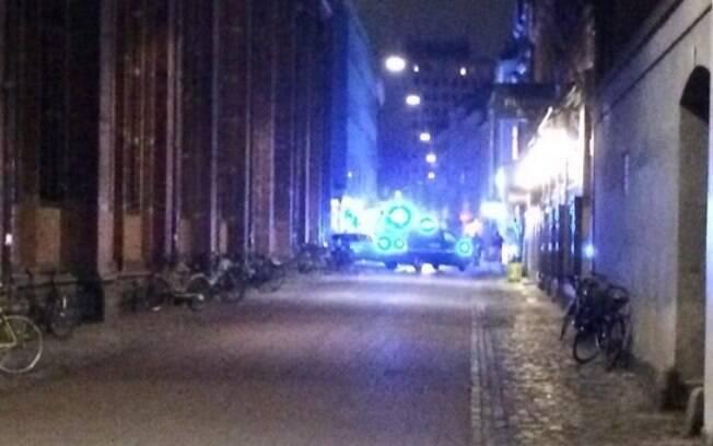 Movimentação de viaturas policiais na Krystagalde, que abriga a maior sinagoga de Copenhague