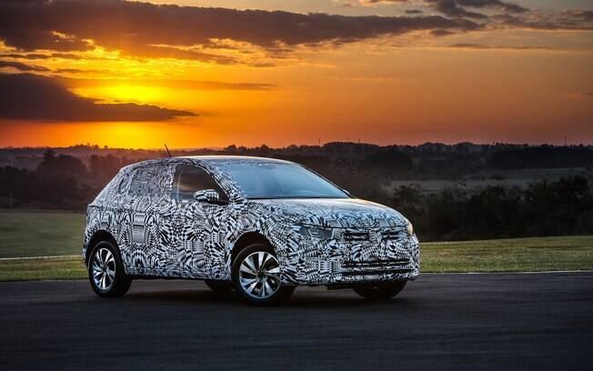 Os disfarces do novo VW Polo escondem mudanças na parte da frente da versão que já está sendo montada no Brasil