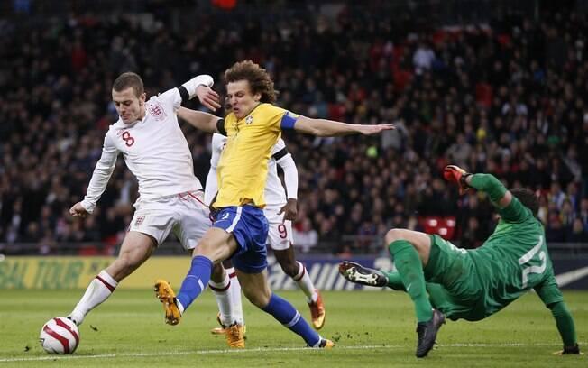 Jack Wilshere em jogada de ataque da  Inglaterra