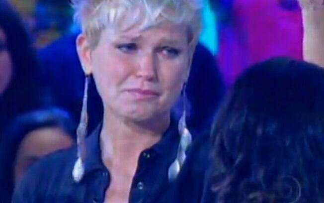 Xuxa chora ao ouvir Aline Barros cantando