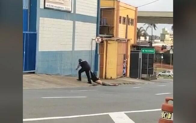 Vídeo flagra segurança de rodoviária arrastando morador de rua