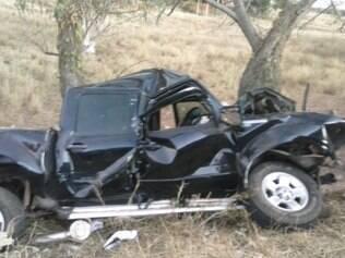 Carro ficou totalmente destruído com o impacto da batida