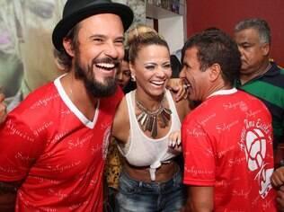 Viviane Araújo com Paulinho Vilhena e Eri Johnson na quadra do Salgueiro