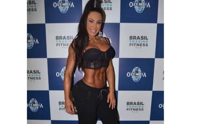 Gracyanne Barbosa ostenta corpo musucloso durante feira fitness