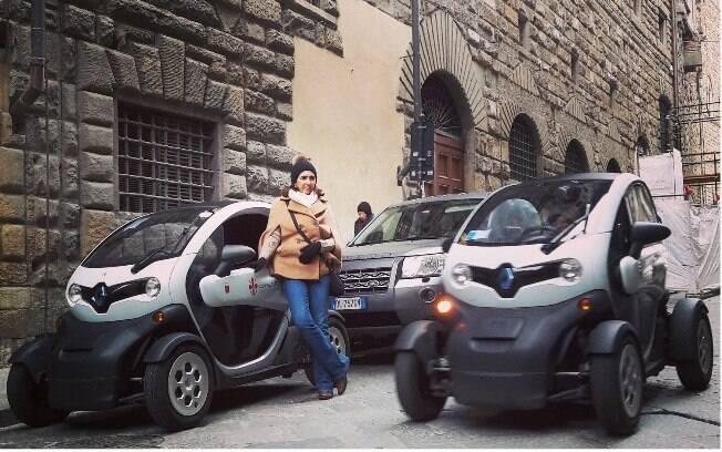 Um Renault Twizy estacionado e outro passando na rua: onde você vê uma cena assim se não na bela Itália? O carrinho domina a cena