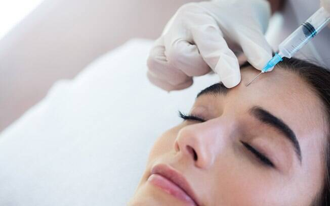 mulher fazendo aplicação de botox