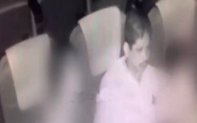 As câmeras de segurança flagraram o momento do abuso sexual contra a mãe e a filha dentro de uma sala de cinema indiana