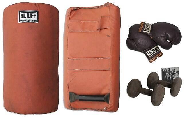 Saco de areia, luvas de treino e pesos de academia estão entre os itens da coleção de Bruce Lee