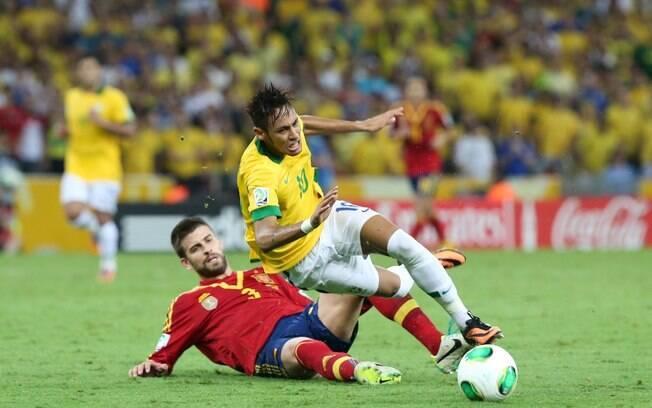 Neymar sofre falta dura de Piqué no segundo  tempo da final. Zagueiro espanhol acabou expulso  de campo