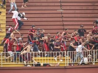 Briga entre torcedores de Atlético-PR e Vasco na Arena Joinville em 2013 chocou o País