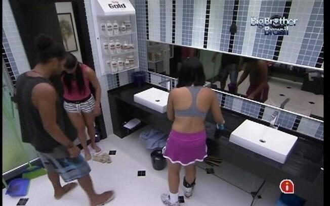 O paulista e a baiana resolvem passar água e sabão no banheiro