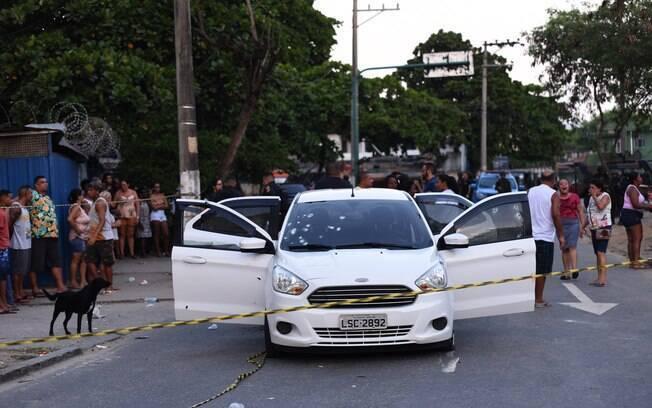 Carro onde estava o músico Evaldo dos Santos Rosa e sua família foi atingido por 80 tiros disparados por militares
