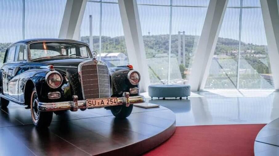 O Mercedes Adenauer trazia telefone móvel, divisória, ventilador na traseira e cintos de segurança