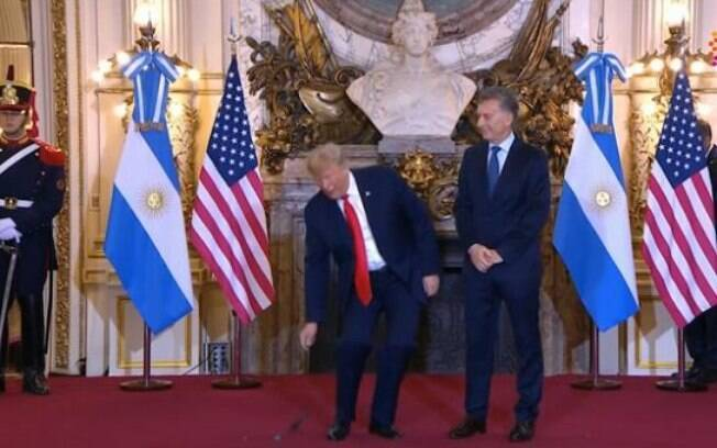 No encontro do G20 em Buenos Aires, Trump acertou a extensão de uma trégua na guerra comercial com a China, mas conseguiu chamar mais atenção ao tacar no chão o fone de ouvido após se irritar com a tradução simultânea enquanto posava para foto com o presidente da Argentina, Maurício Macri