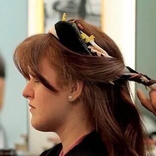 Na onda de 'Salve Jorge', aprenda um penteado com lenço; assista