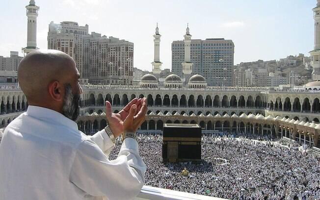 Peregrino orando na Grande Mesquita em Meca