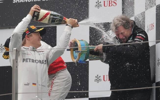 No pódio do GP da China, Nico Rosberg da banho de champagne em Norbert Haug
