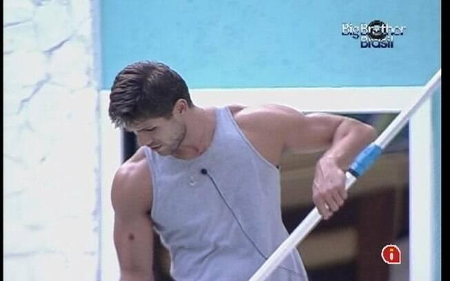 Jonas limpa a piscina para nadar