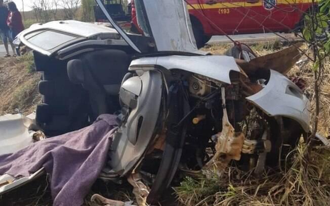Carro bateu em caminhão, atropelou ciclistas e deixou dois mortos em Minas Gerais