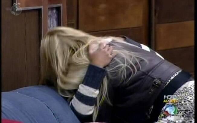 Monique agarra Raquel ao chegar na Sede