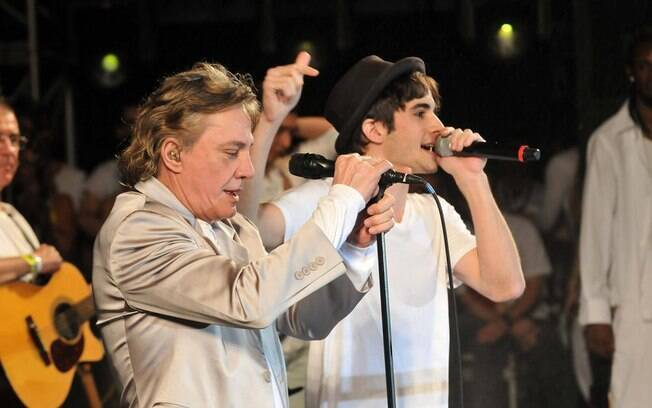 Fábio Jr. e Fiuk, pai e filho, cantam juntos no réveillon 2011 na Avenida Paulista. Em 2012, pai e filho se apresentam em Belo Horizonte