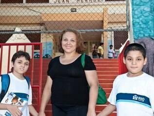 Cris Guimarães e os filhos: depois da tensão, surpresa com a escola pública